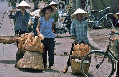 Bánh mì được bán ở các bến xe