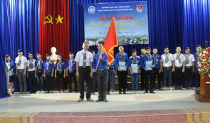 Thầy Lê Hữu Hải, Phó Hiệu trưởng nhà trường trao cờ trước giờ ra quân.