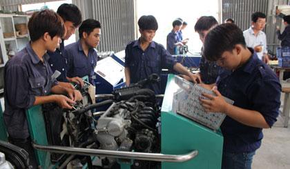 Sinh viên ngành Cơ khí (Trường Cao đẳng Nghề Tiền Giang) trong giờ thực hành.