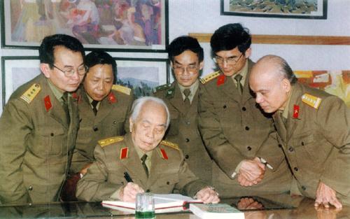 """Đại tướng Võ Nguyên Giáp đến thăm và ghi cảm tưởng tại triển lãm mỹ thuật """"Lực lượng vũ trang và chiến tranh cách mạng trong sự nghiệp xây dựng và bảo vệ Tổ quốc""""."""