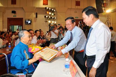 Bí thư Tỉnh ủy Trần Thế Ngọc và Chủ tịch UBND tỉnh Nguyễn Văn Khang trao bằng khen cho GS.TS Trần Văn Khê.