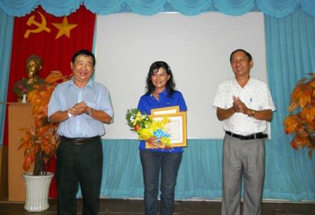 Ông Nguyễn Ngọc Minh, Giám đốc Sở VHTTDL và ông Nguyễn Huỳnh Anh, Chủ tịch Hội VHNT Tiền Giang trao giải I cho tác giả Kim Điệp