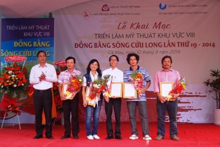 Tác giả Kim Điệp - Tiền Giang (thứ ba từ trái sang) nhận giải ba mỹ thuật ĐBSCL