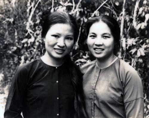 Nhà thơ Hà Phương và nhà văn Trần Thị Thắng chụp ảnh ở báo Văn nghệ giải phóng Lò Gò Tây Ninh ngày 18/04/1975
