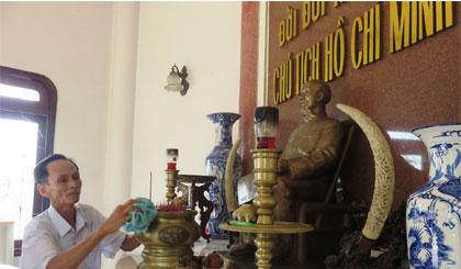 Chăm sóc Phủ thờ Bác Hồ là công việc thường xuyên của ông Trường.