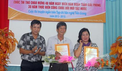 Nhà thơ Kim Ba trao giải Nhì cho tác giả Kha Tiệm Ly và Ngọc Lệ (Báo Ấp Bắc).