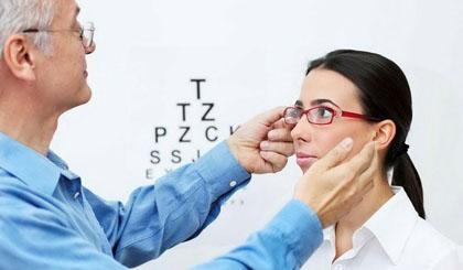Nhiều người còn đang thờ ơ với biến chứng của cận thị.