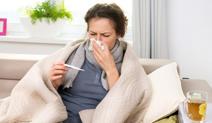 Không khí lạnh còn khiến khả năng tự vệ của cơ thể kém đi, virus dễ tấn công khiến bạn nhanh chóng bị ốm. (Ảnh: naturalhealth365).