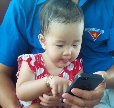 Trẻ em nhỏ dưới 18 tháng hạn chế tiếp xúc thiết bị điện tử. Ảnh minh họa: Như Lam