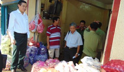 Ông Lê Văn Hưởng, Chủ tịch UBND tỉnh kiểm tra mặt hàng rau, củ có xuất xứ từ Trung Quốc tại một vựa kinh doanh rau, củ trên đường Phan Thanh Giản, phường 2, TP. Mỹ Tho.