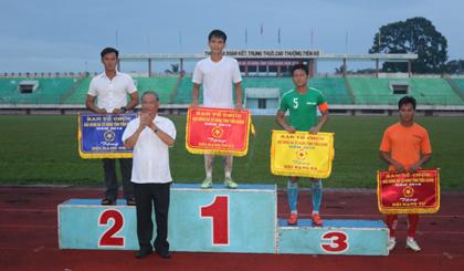 Ông Trần Thanh Phúc, Phó Giám đốc Sở VH-TT&DL, trao giải cho các dội bóng.