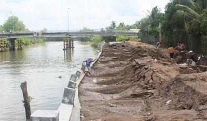 Bờ kè sông Bảo Định bị sạt lở và đang chờ khắc phục.