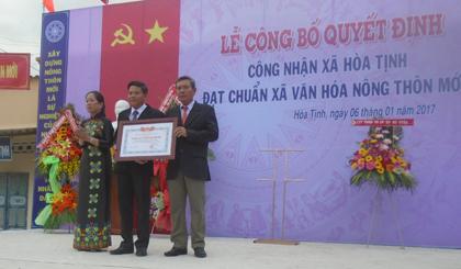 Bà Nguyễn Thị Tiếp, Phó Chủ tịch UBND huyện Chợ Gạo trao QĐ công nhận xã Hoà Tịnh đạt chuẩn văn hoá nông thôn mới
