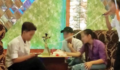 Các teen đang chơi shisha tại quán cà phê trên đường Lê Đại Hành (TP. Mỹ Tho).