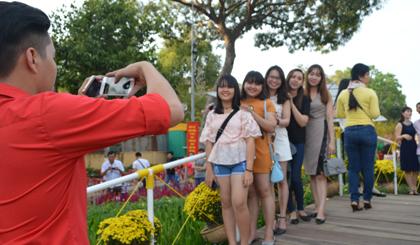 Những chàng trai cô gái trong màu áo mới cùng nhau chụp ảnh làm kỷ niệm.