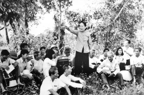 Bà Nguyễn Thị Thập (đứng) về quê hương kể chuyện Khởi nghĩa Nam kỳ.