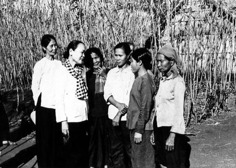 Bà Nguyễn Thị Thập (mặc áo trắng, quàng khăn rằn) về thăm lại nhà tù Bà Rá (Phước Long - Bình Phước).