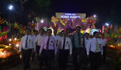 Lãnh đạo tham quan đường hoa Hùng Vương.