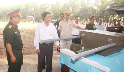 Ông Nguyễn Văn Danh, Ủy viên BCH Trung ương Đảng, Bí thư Tỉnh ủy tham quan mô hình học cụ.