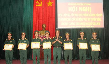 Đại tá Cao Văn Mĩa, Chính ủy Bộ Chỉ huy Quân sự tỉnh trao tặng Giấy khen cho các cá nhân.