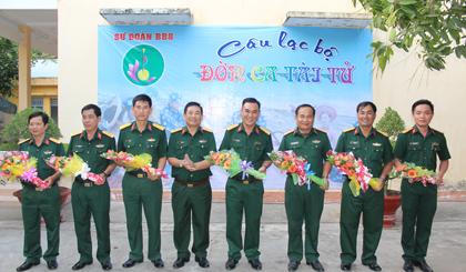 Lãnh đạo Câu lạc bộ tặng hoa lưu niệm cho các thành viên tham gia giao lưu.