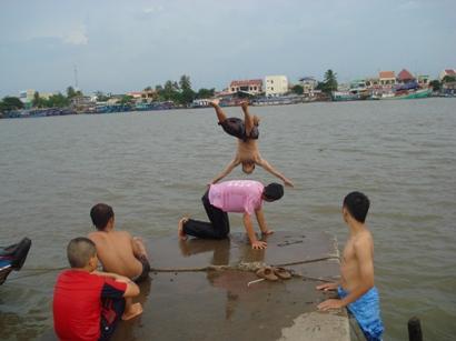 Tắm sông - Trò chơi nguy hiểm của trẻ em.