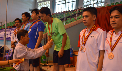 Ban Tổ chức trao huy chương cho các vận động viên xuất sắc.