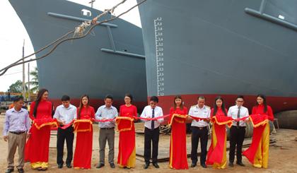 Hạ thủy 2 tàu vỏ thép dịch vụ hậu cần nghề cá