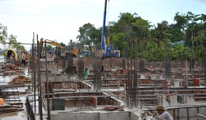 Đơn vị thi công đang tiến hành ép cọc và xây dựng phần móng khu nhà liền kề thương mại, khu nhà ở biệt thự.