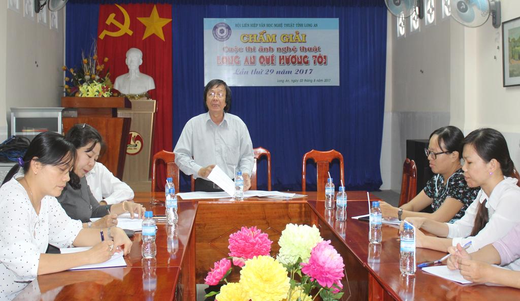 Chủ tịch Hội Liên hiệp Văn học Nghệ thuật tỉnh Long An - Nguyễn Lành chủ trì cuộc họp