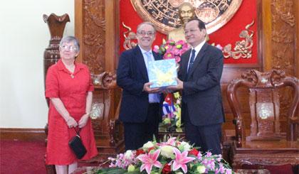 Ông Trần Thanh Đức trao quà lưu niệm cho Ngài Tổng lãnh sự.