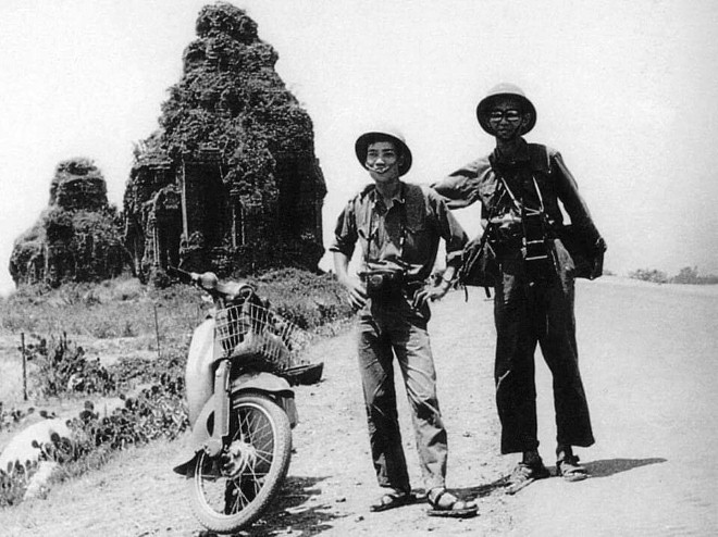 Nhà nhiếp ảnh Lâm Hồng Long (bên phải) và nhà báo Trần Mai Hưởng trên đường chiến dịch Hồ Chí Minh 1975