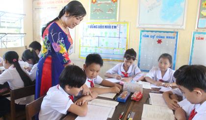 Để học sinh có thể khắc sâu bài học lâu hơn, cô Xuyến thường xuyên tổ chức lớp học thành từng nhóm học tập.
