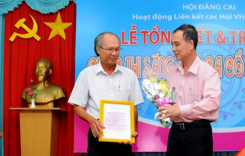 Đồng chí Nguyễn Thanh Hiền - Tỉnh ủy viên, Phó ban Thường trực Ban Tuyên giáo Tỉnh ủy Tiền Giang trao giải nhất cho tác giả Diệp Vàm Cỏ