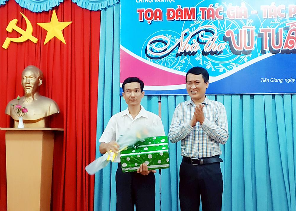 Lãnh đạo hội VHNT tặng hoa cho tác giả Vũ Tuấn